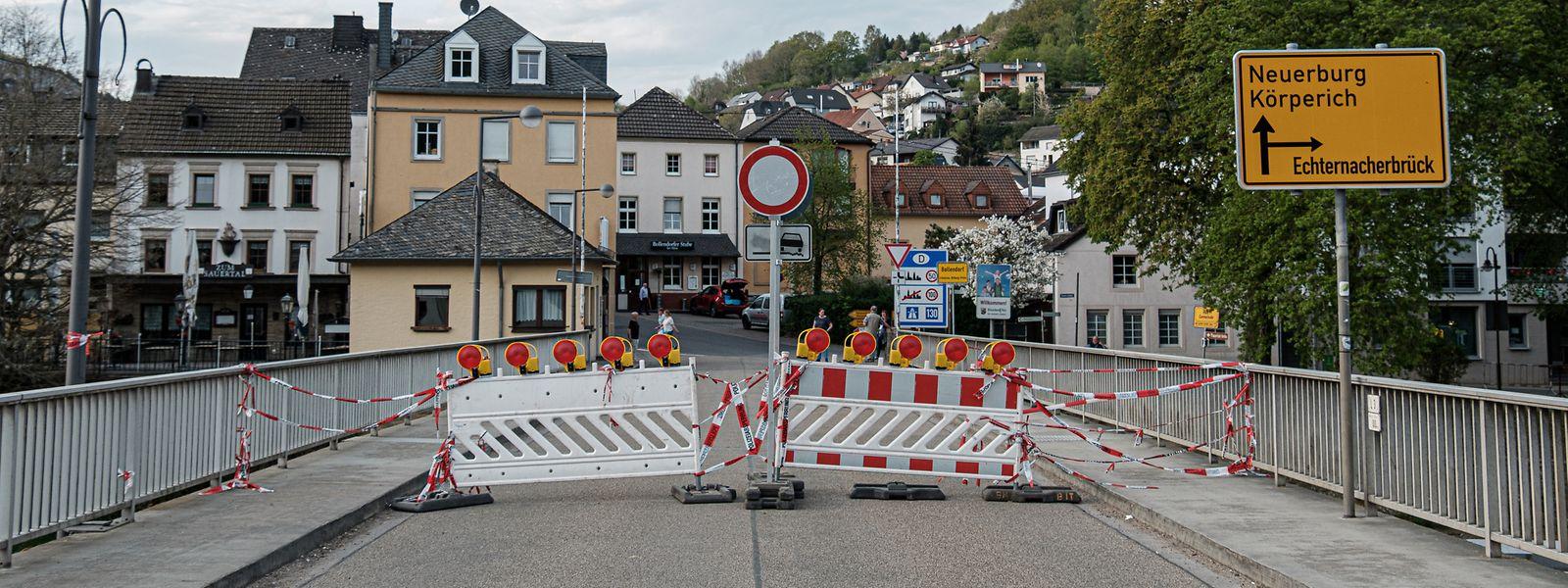 Die Grenzbrücke zwischen Bollendorf (D) und Bollendorf-Pont (L) war bis 17. April verriegelt. Mittlerweile können Berufspendler und der Warenverkehr die Straße wieder befahren.