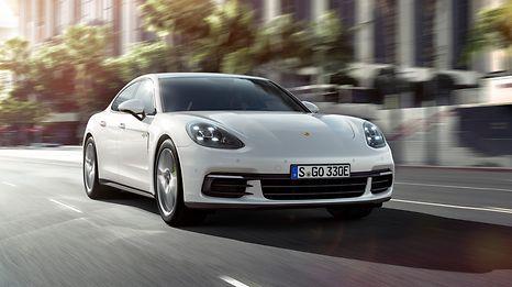 Die erlaubte Höchstgeschwindigkeit lag bei 120 Km/h - die Frau war mit ihrem Porsche mehr als 100 Stundenkilometer zu schnell unterwegs.