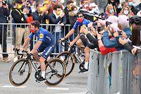 dpatopbilder - 24.06.2021, Frankreich, Brest: Radsport: Tour de France, Präsentation der Teams. Mark Cavendish (l) aus Großbritannien von Deceuninck - Quick-Step Team kommt zur  Präsentation der Teams vor dem Start der Tour de France am kommenden Samstag (26.06.2021). Foto: David Stockman/BELGA/dpa +++ dpa-Bildfunk +++
