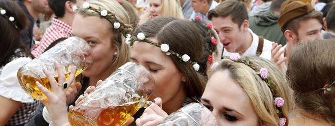 """""""O'zapft is"""" - für eine Maß Bier müssen Wiesn-Besucher in diesem Jahr bis zu 10,70 Euro zahlen."""