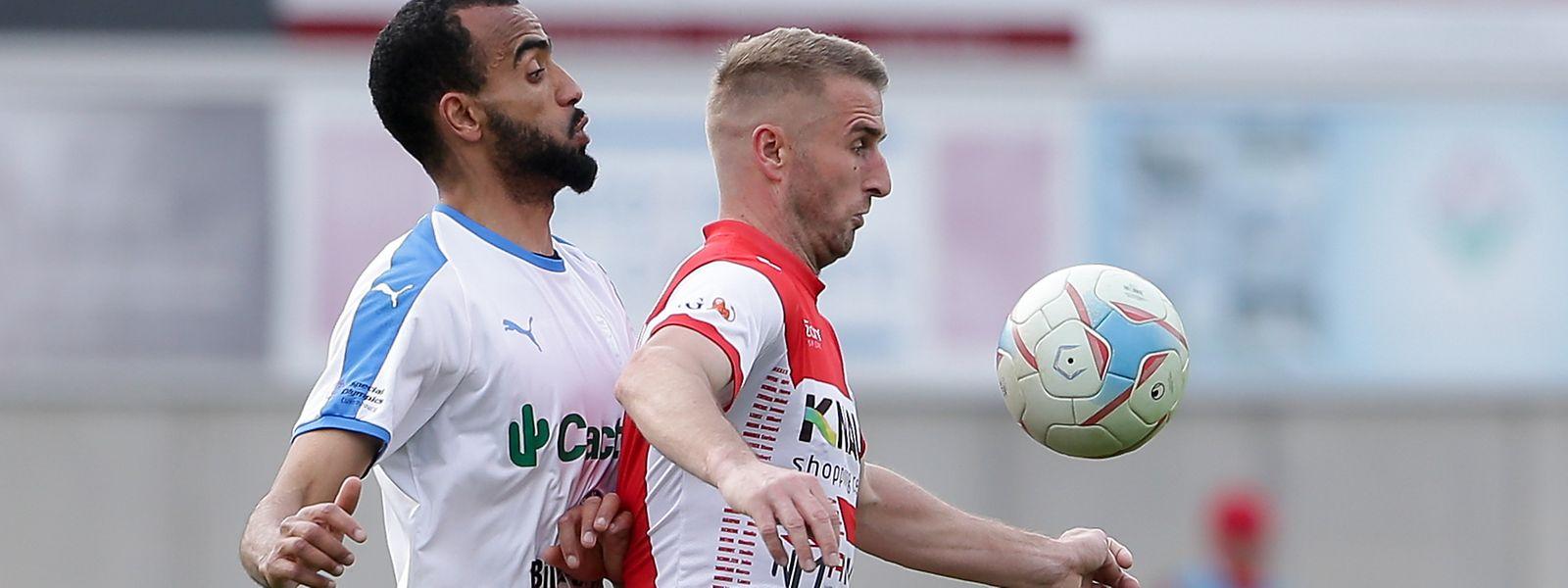 Sanel Ibrahimovic (r.) und die Wiltzer haben in Petingen keine Chance.