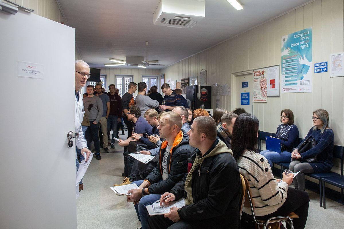 """""""On a aujourd'hui trois fois plus de donneurs que d'habitude. C'est une marque de solidarité après ce drame"""", a dit à l'AFP Wiktor Tyburski, directeur du Centre régional de collecte de sang jouxtant l'hôpital universitaire où le maire est soigné."""
