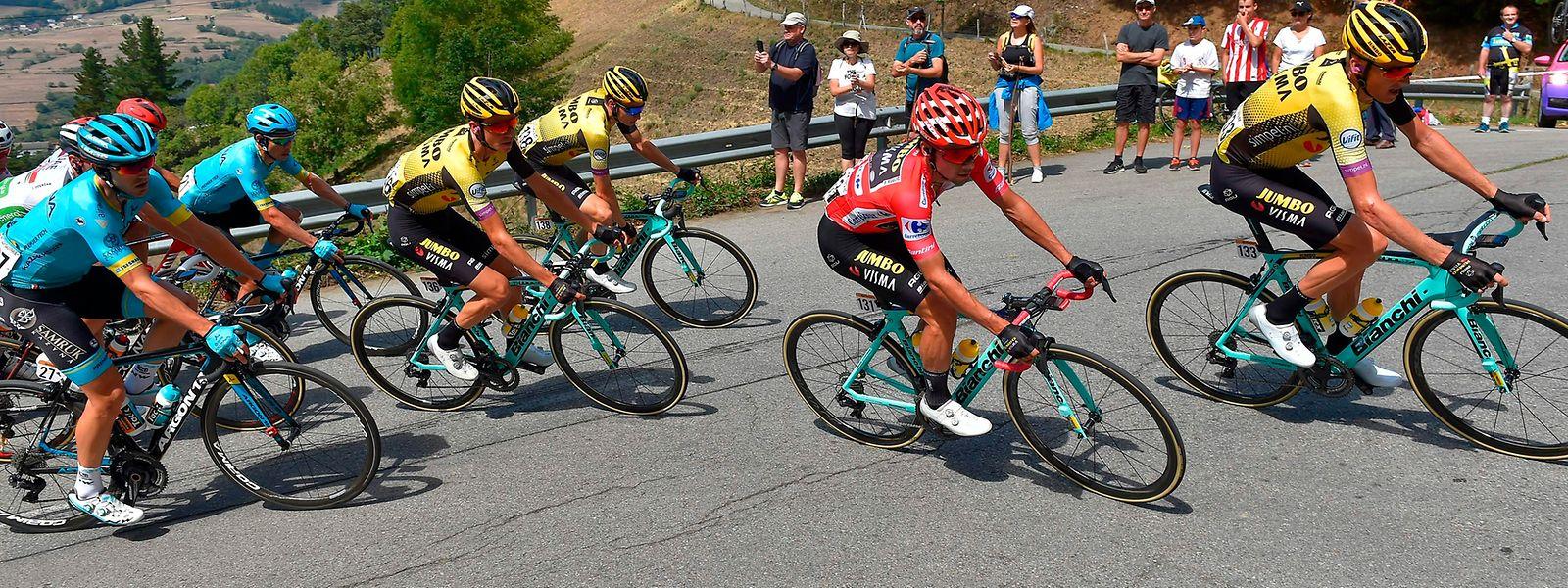 Primoz Roglic fährt auch am Montag wieder im Roten Trikot.