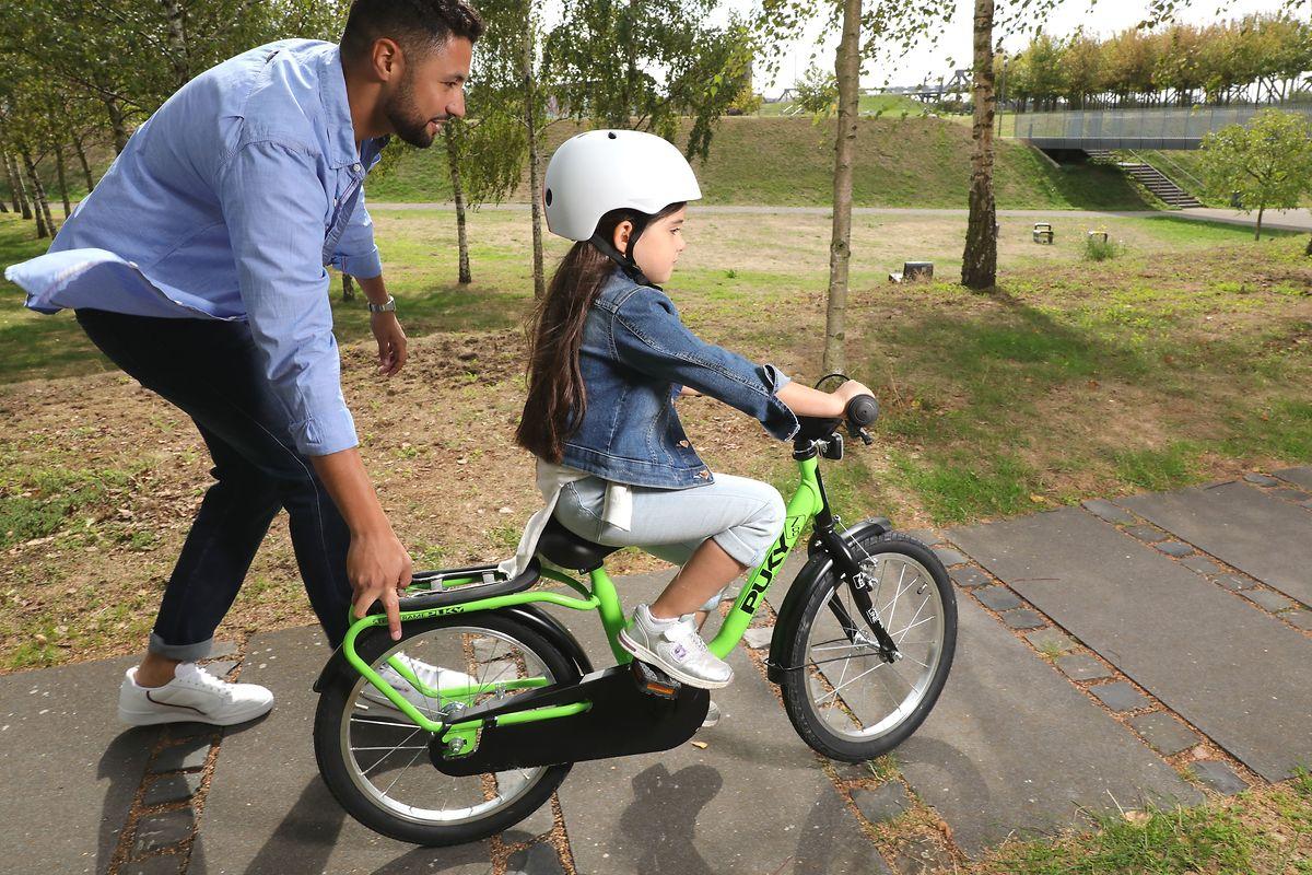 Auswahl für die Ausfahrt: Passt die Fahrradgröße möglichst gut für das Kind, fühlt es sich bei den ersten Fahrversuchen sicherer.