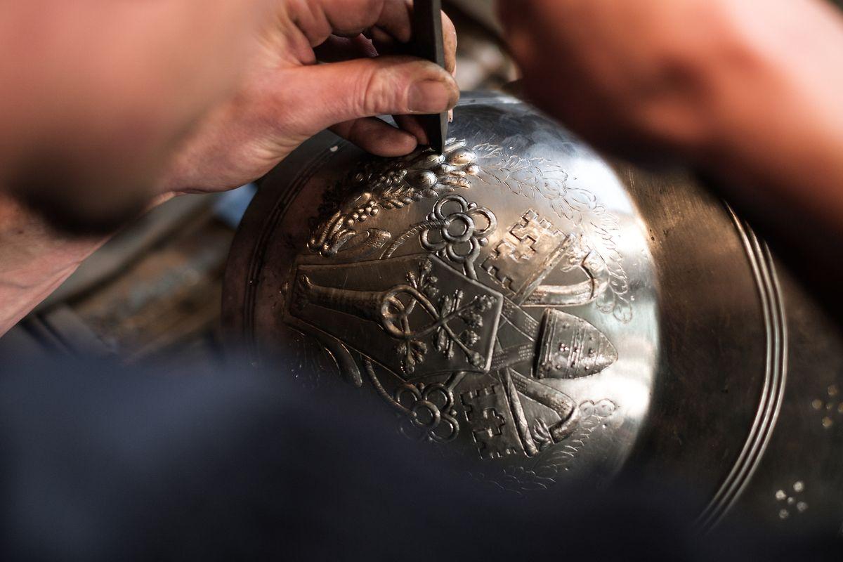 Mit Liebe zum Detail werden die Helme innerhalb von je 100 Arbeitsstunden hergestellt.