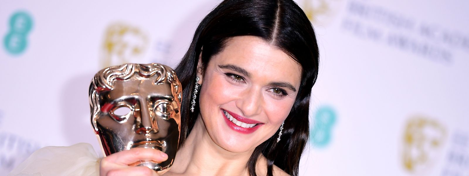10.02.2019, Großbritannien, London: Rachel Weisz («The Favourite») hält ihre Auszeichnung als beste Nebendarstellerin im Presseraum bei den 72. British Academy Film Awards in der Royal Albert Hall. Foto: Ian West/PA Wire/dpa +++ dpa-Bildfunk +++