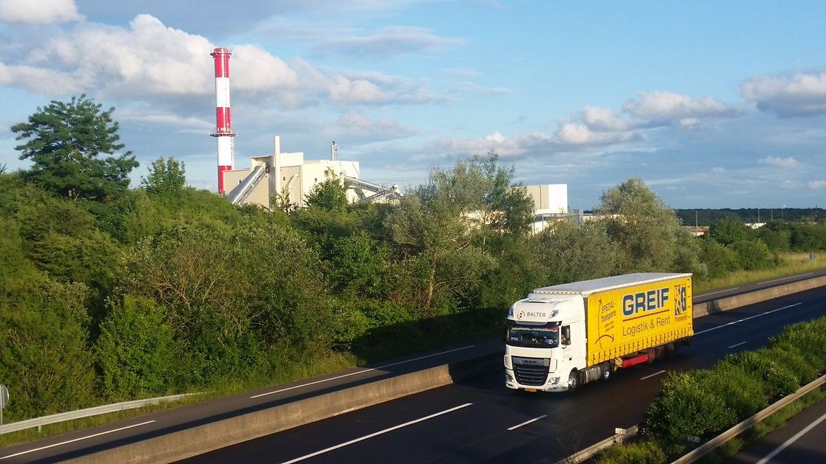 L'usine Knauf en cours de construction au bord de l'A31 à hauteur de la bifurcation vers la D918 juste avant la sortie Yutz.