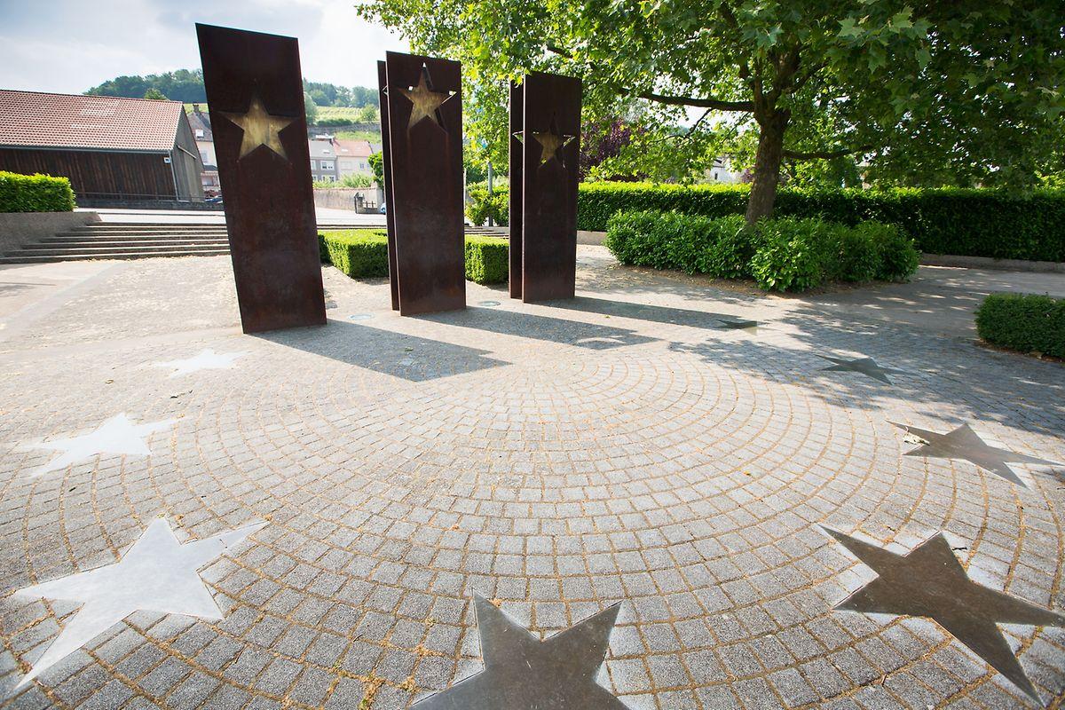 A Schengen, trois stèles d'acier symbolisant les premiers signataires du traité: la France, l'Allemagne et les pays du Bénélux, se dressent