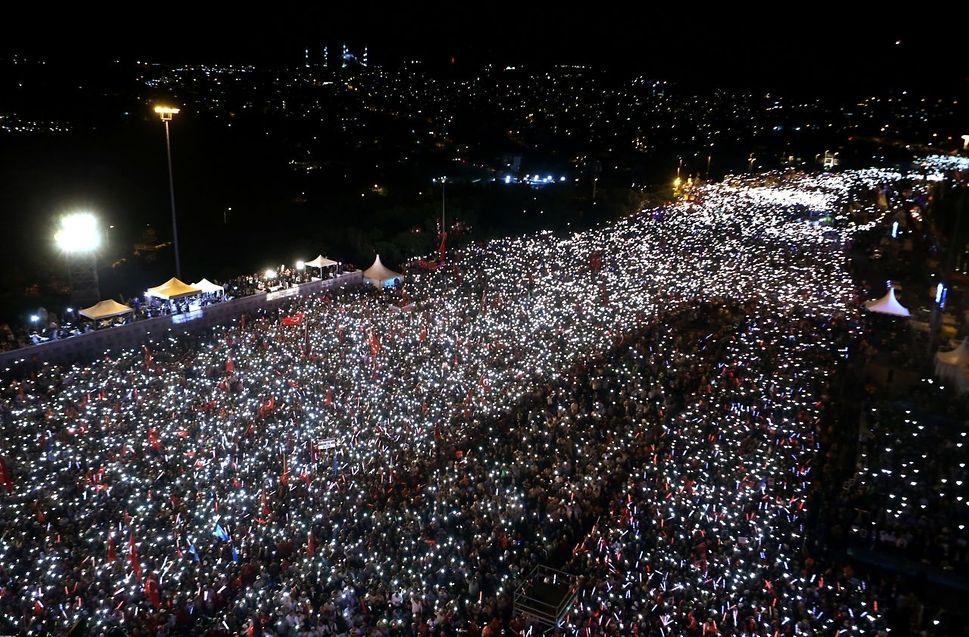 """Tausende Türken marschierten in Gedenken an den Putsch des 15. Juli 2016, wie hier auf der """"Brücke der Märtyrer"""" in Istanbul."""