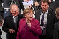16.02.2019, Bayern, München: Bundeskanzlerin Angela Merkel (CDU, M) und Wolfgang Ischinger (l), Leiter der Sicherheitskonferenz, aufgenommen am zweiten Tag der 55. Münchner Sicherheitskonferenz. Zahlreiche Staats- und Regierungschefs und Minister werden beim weltweit wichtigsten Expertentreffens zum Thema Sicherheitspolitik erwartet. Foto: Tobias Hase/dpa +++ dpa-Bildfunk +++