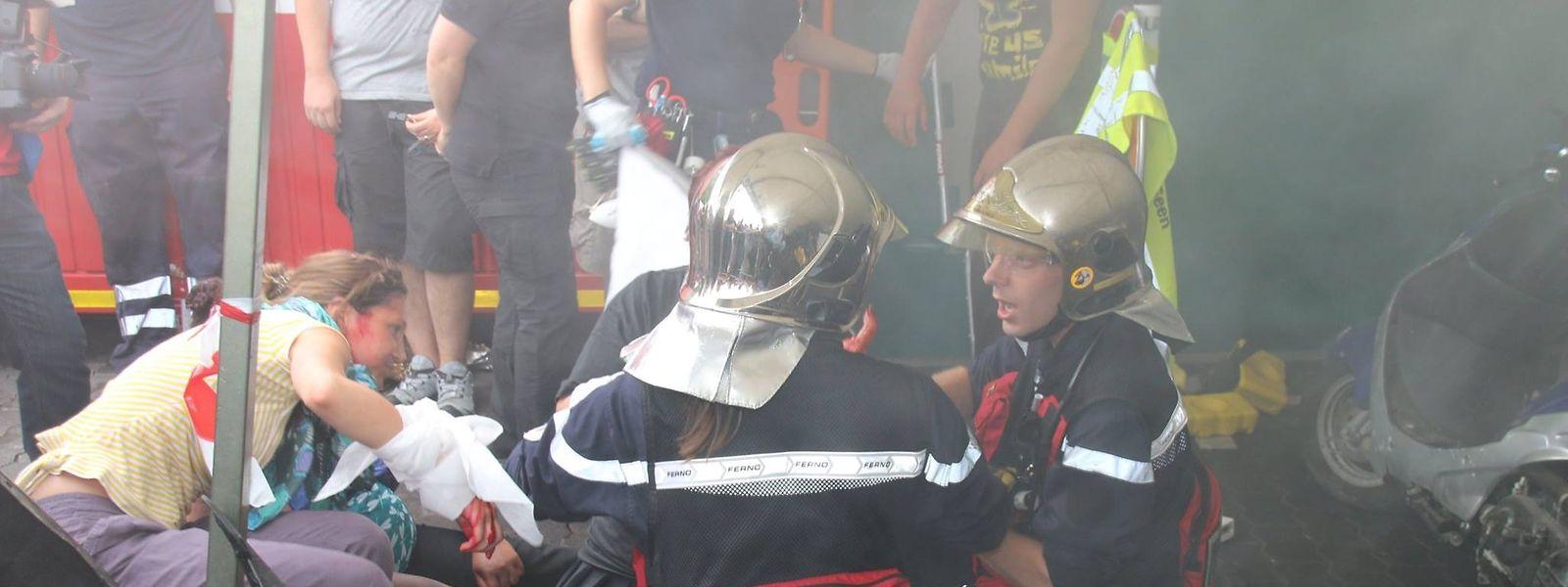 Die Rettungsleute proben Situationen aus ihrem Arbeitsalltag.