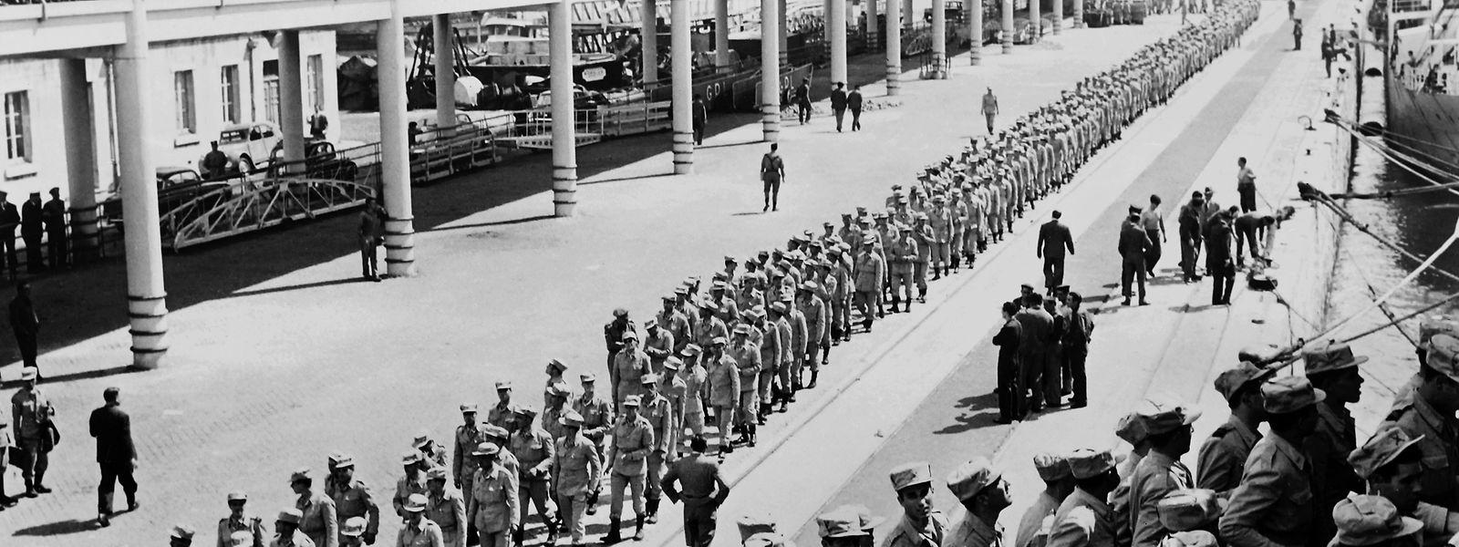Le port de Lisbonne en mai 1961: des soldats portugais embarquent pour l'Angola. L'idéologie colonialiste lusitanienne est une arme de domination qui atteint son apogée et sa chute avec les guerres coloniales à partir de 1961 et les tentatives du dictateur Salazar de sauver l'empire.