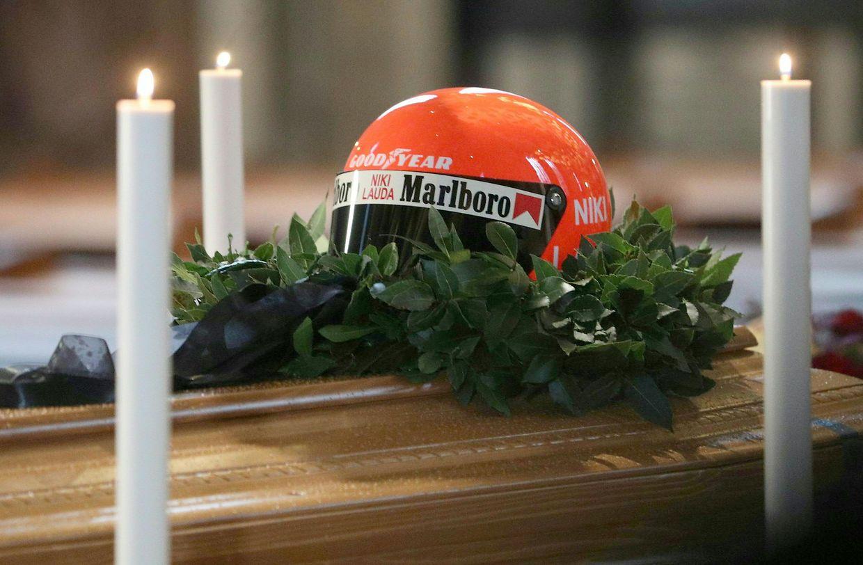 Ein Helm der verstorbenen Motorsport-Legende Niki Lauda liegt während der öffentlichen Aufbahrung im Wiener Stephansdom auf dem geschlossenen Sarg.