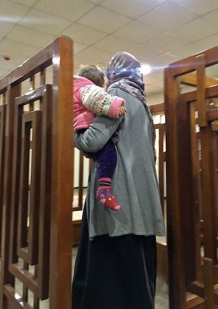 Djihadiste française avec son enfant devant une cour à Bagdad.