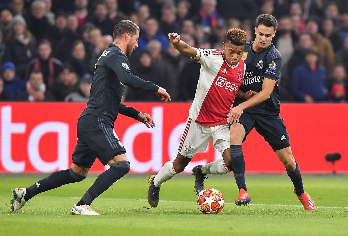 O Real (de preto) conseguiu uma vitória importante no campo do Ajax, em Amsterdão.