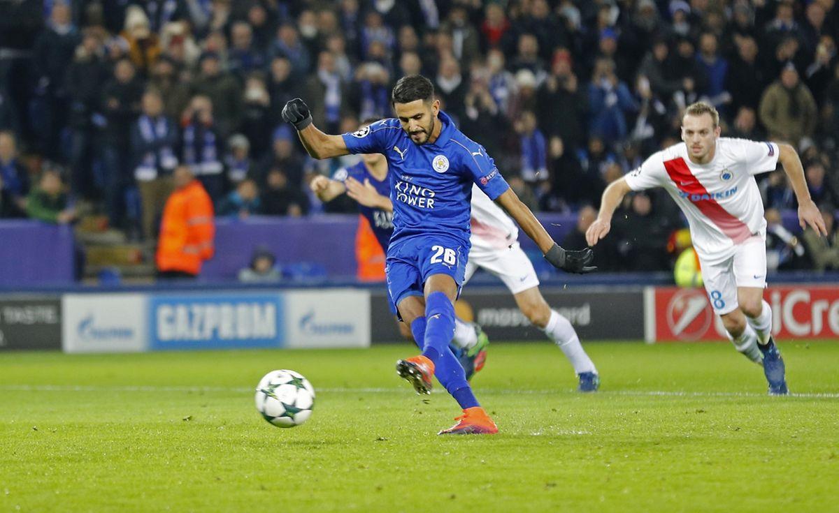 L'Algérien Riyad Mahrez transforme le penalty du 2-0 pour Leicester City