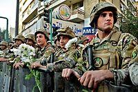 Libanesische Soldaten mit Blumen von Protestierenden.