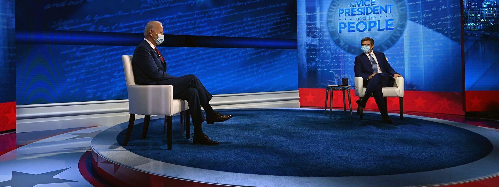 Joe Biden und Moderator George Stephanopoulos während einer TV-Debatte mit Bürgern in Philadelphia.