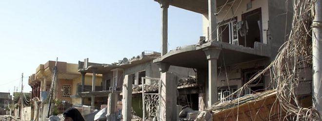 Photo d'archives d'un quartier résidentiel réduit en cendres, à Bagdad.