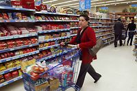 A shopper pushes her grocery cart at the enormous Alpha Beta supermarket in Athens, Greece 14 April 2004, an excellent place to stock up the best Greek edibles.    AFP PHOTO / FAYEZ NURELDINE