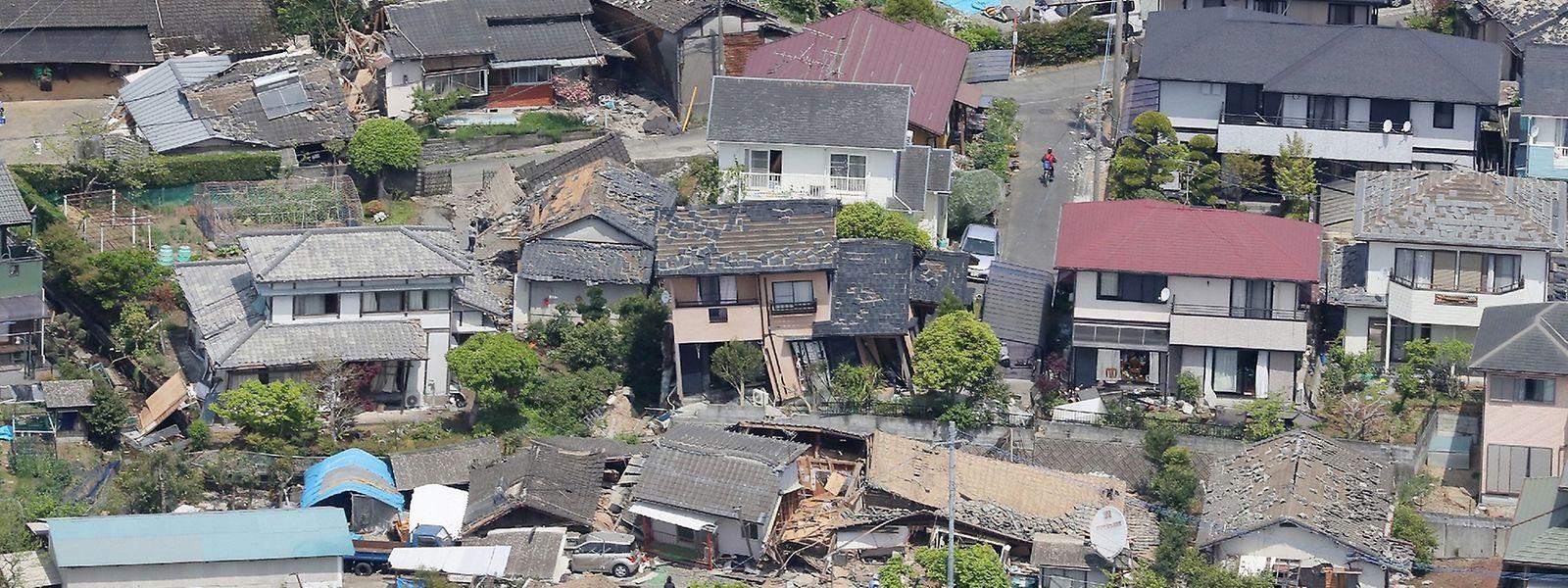 Zahlreiche Häuser stürzten ein oder wurden beschädigt, 3000 Menschen mussten sich in Sicherheit bringen.