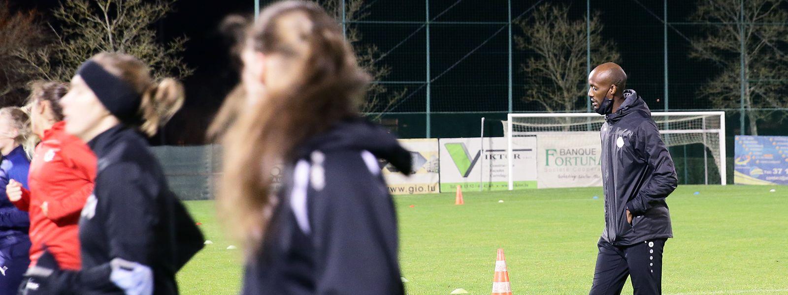 Kevin Rutare hat die Trainingswerte der Fußball-Nationalspielerinnen genau im Blick.