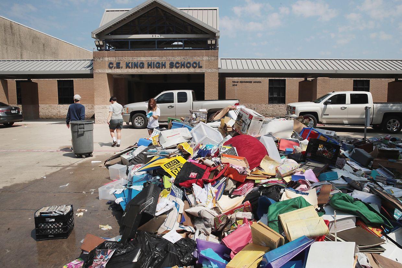 Das Wasser fließt ab. In und um Houston beginnen die Aufräumarbeiten, wie an dieser High School...