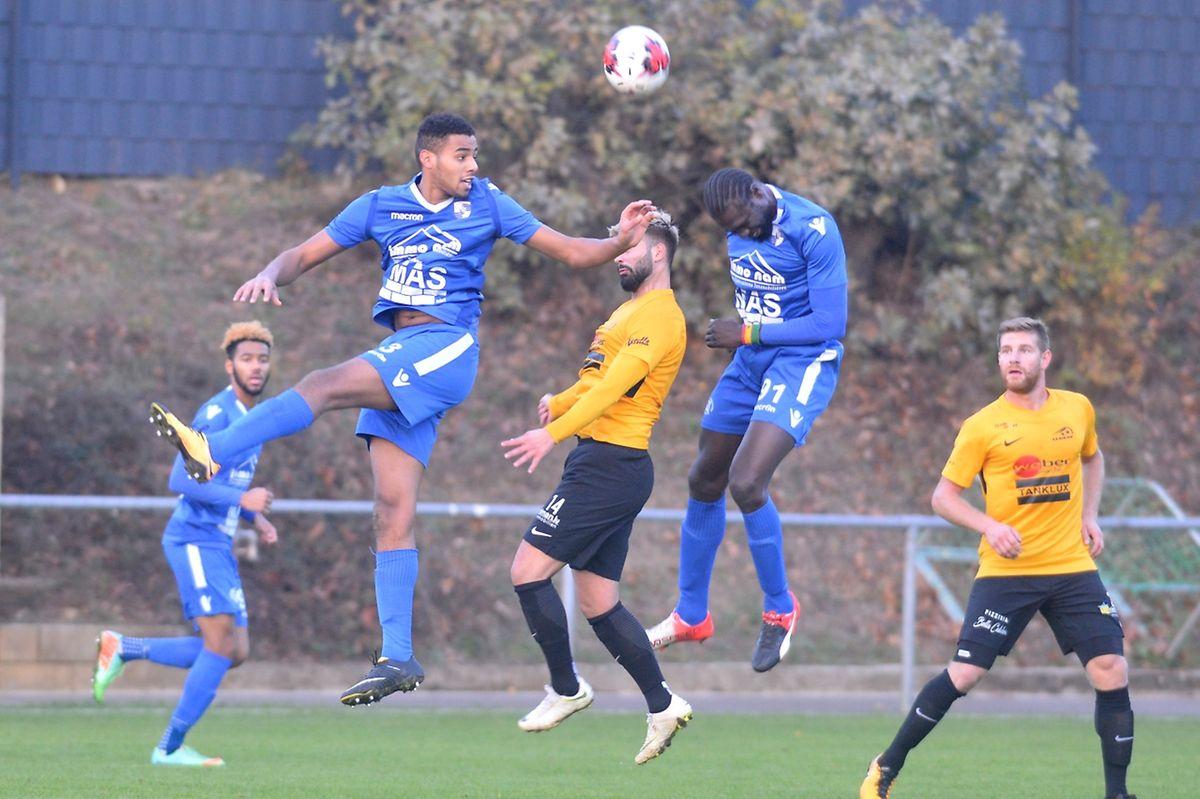Rachid Erragui et Babacar Sène (Muhlenbach) y mettent tout leur coeur pour prendre ce ballon de la tête.
