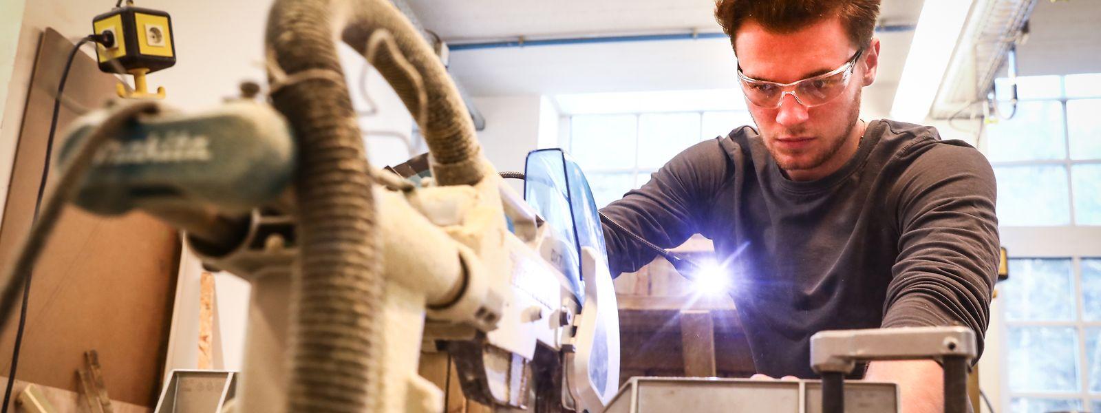 Während seines Volontariats in der Schreinerei des Atelier Schläifmillen lernte Bob Klepper mit verschiedenen Maschinen umzugehen.