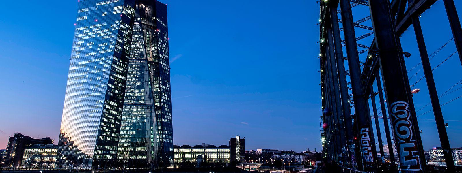Frankfurt/Main: Die Lichter in den Büros der Europäischen Zentralbank (EZB) leuchten im letzten Licht des Tages.