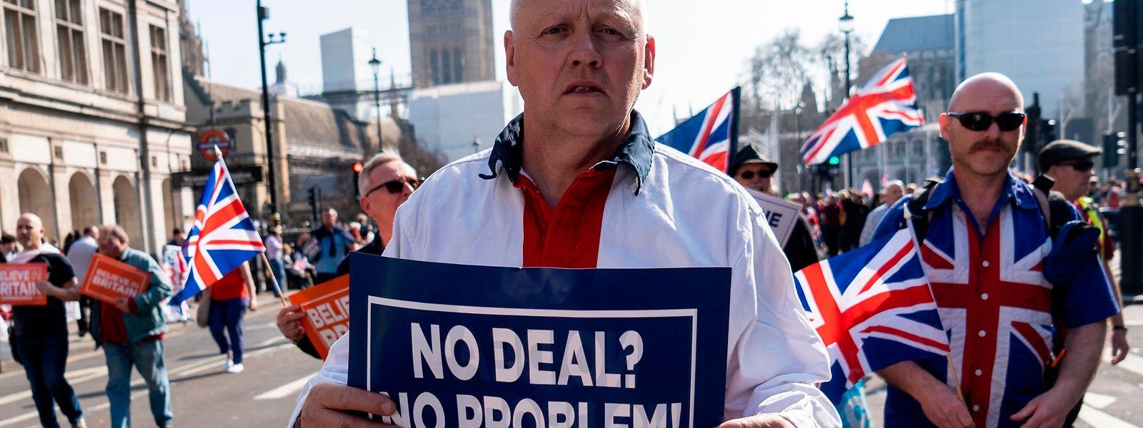 Apoiantes do Brexit manifestaram-se hoje à porta do parlamento inglês.