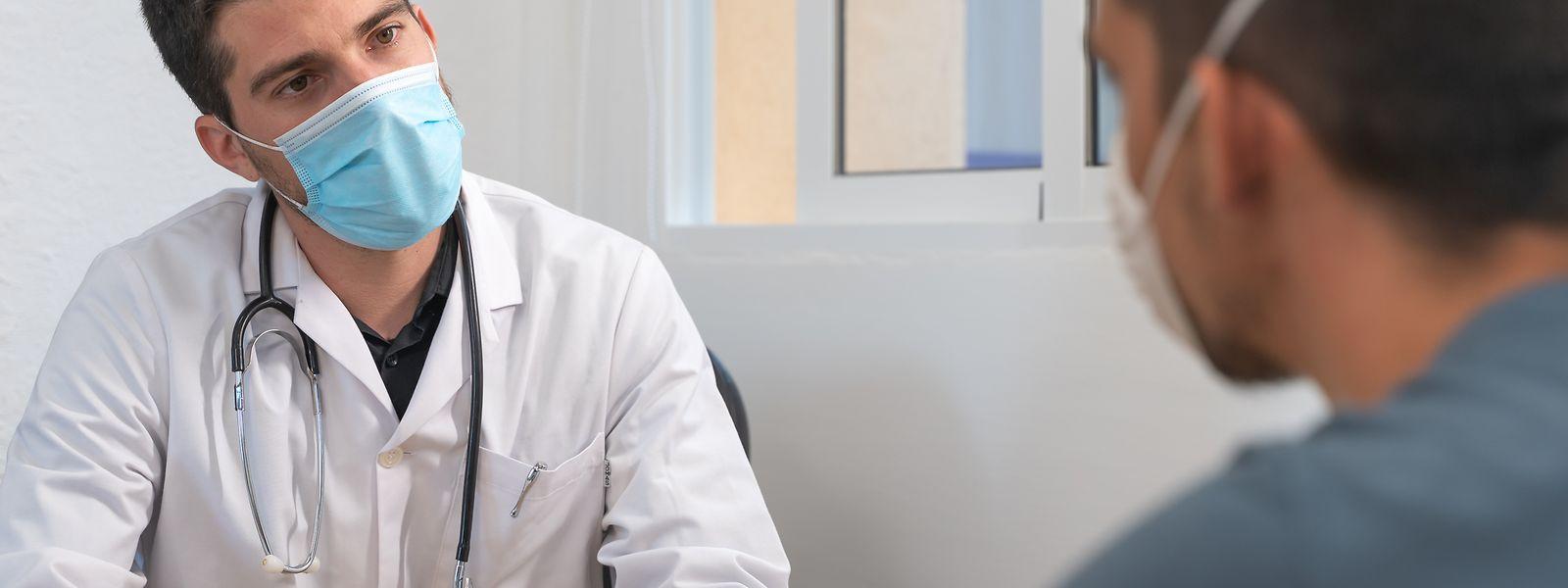 Falls ein Patient keine Grippesymptome aufweist, läuft ein Arztbesuch wie immer ab. Nur eben mit Maske. Ein Termin ist immer vorab anzufragen.