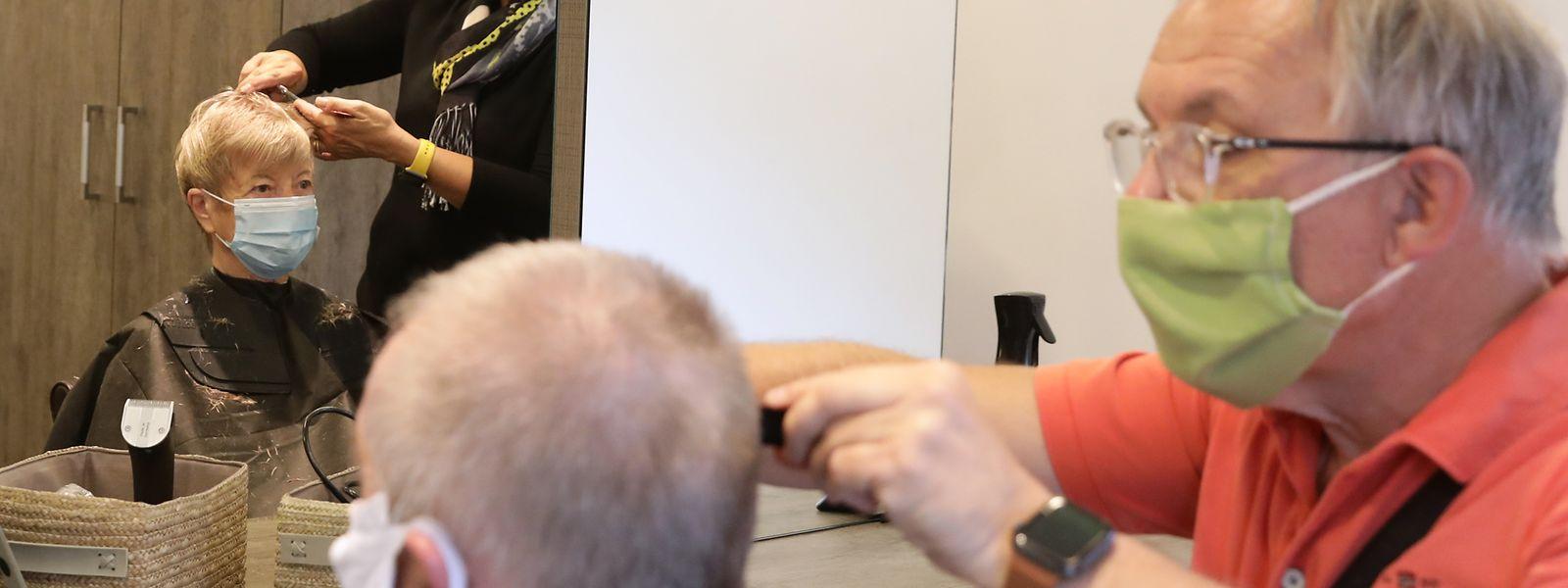Immer mit Mundschutz: Im Friseursalon Tendrelle hat Luc Olinger alle Hände voll zu tun.