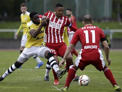 Rodrigue Dikaba (F91)- Walder Souto (Fola)/ Fussball BGL League  Saison 2015-2016 / 30.04.2016  Fola Esch - F91 Düdelingen / Foto: Fabrizio Munisso