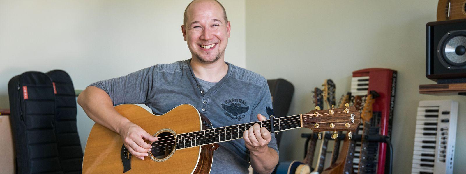Le songwriter aime composer à l'ancienne, avec sa guitare, son piano et sa voix.