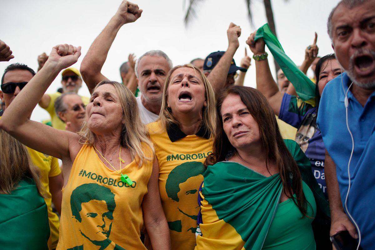 Apoiantes de Sergio Moro protestam contra a libertação de Lula no Rio de Janeiro.