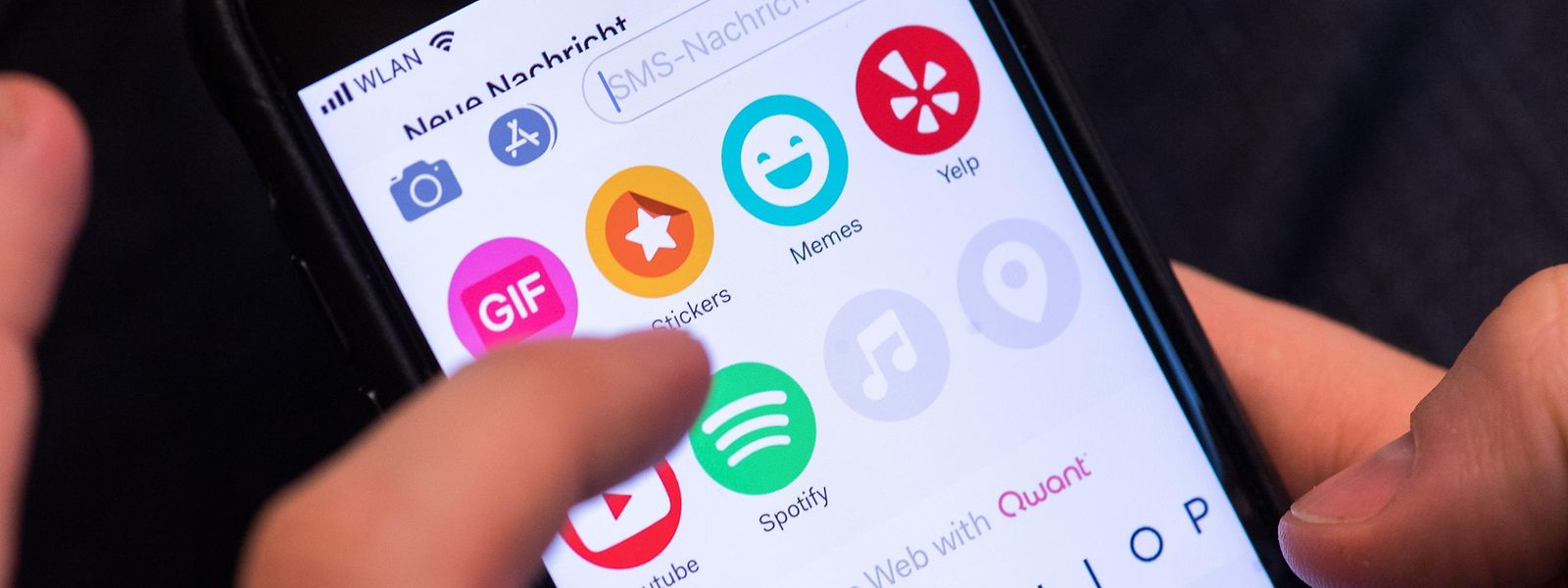Die Tastatur-App Fleksy kann mehr als nur Wörter eintippen. Sie erlaubt direkt im Messenger auch Onlinesuchen oder das Einbinden von Songs und Videos über Dritt-Apps.