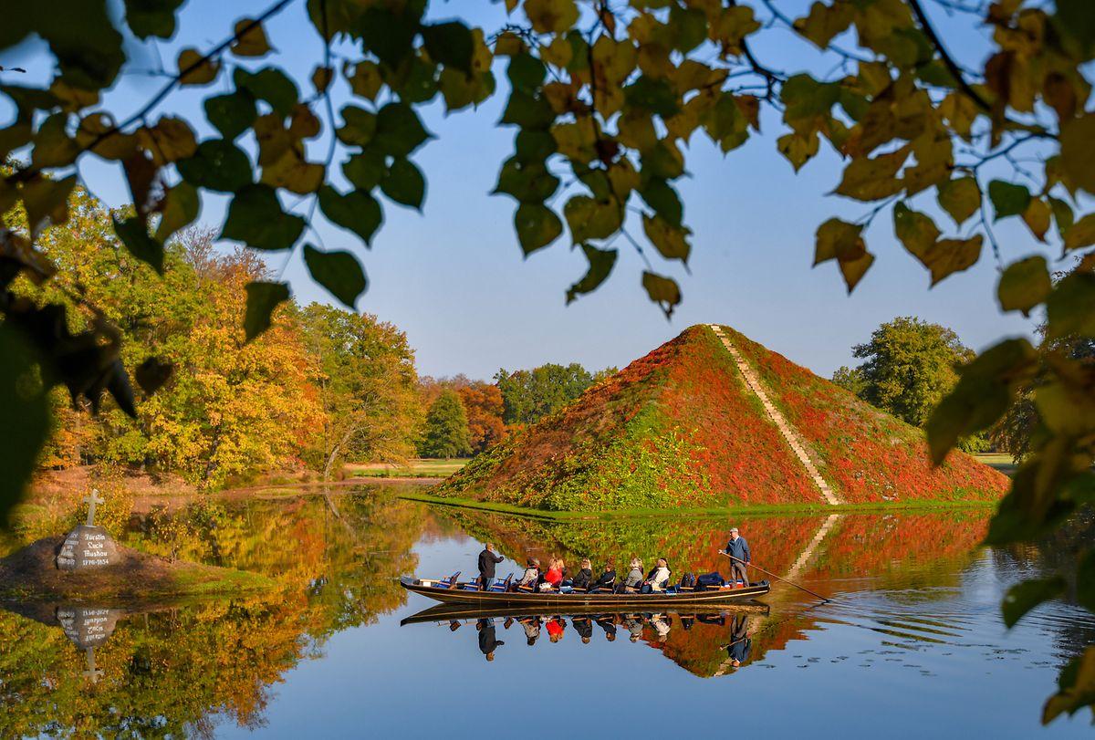 Die Seepyramide steht im Fürst-Pückler-Park. Auf der Pyramide wächst wilder Wein, dessen Laub sich herbstlich verfärbt. Die von Hermann Fürst von Pückler-Muskau in Branitz mit großem Feingefühl komponierte Parkanlage gilt als der letzte der großen deutschen Landschaftsgärten.