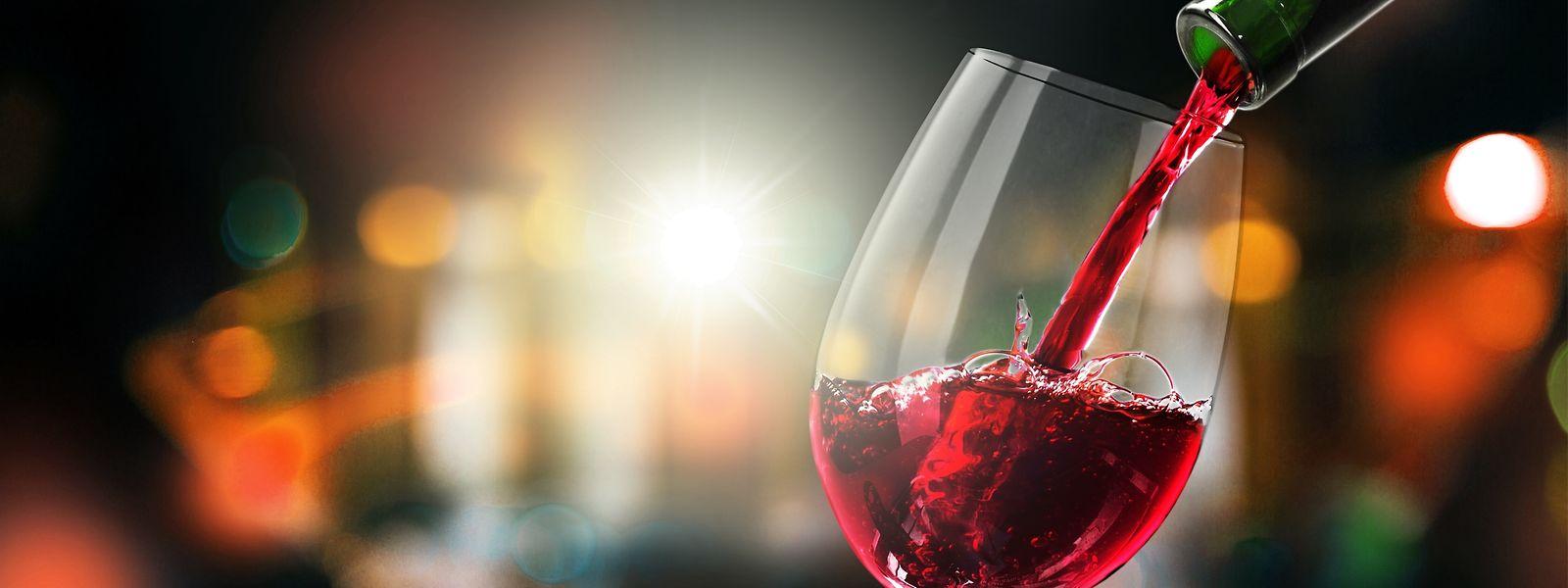 Statt eines edlen Tropfens wurde einer älteren Frau billiger Wein geliefert. Dennoch forderten die Betrüger sie auf, mehrere Zehntausend Euro zu zahlen.