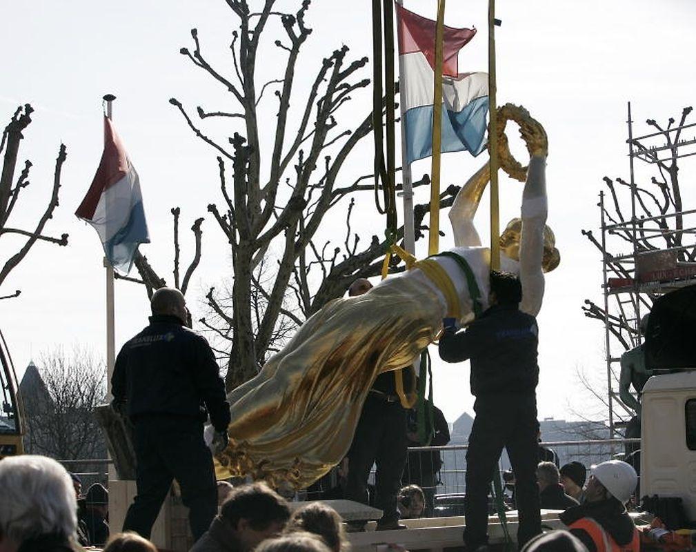 Le 3 mars 2010, la Gëlle Fra est a nouveau soulevée de l'obélisque. Elle va repartir pourt un long voyage.