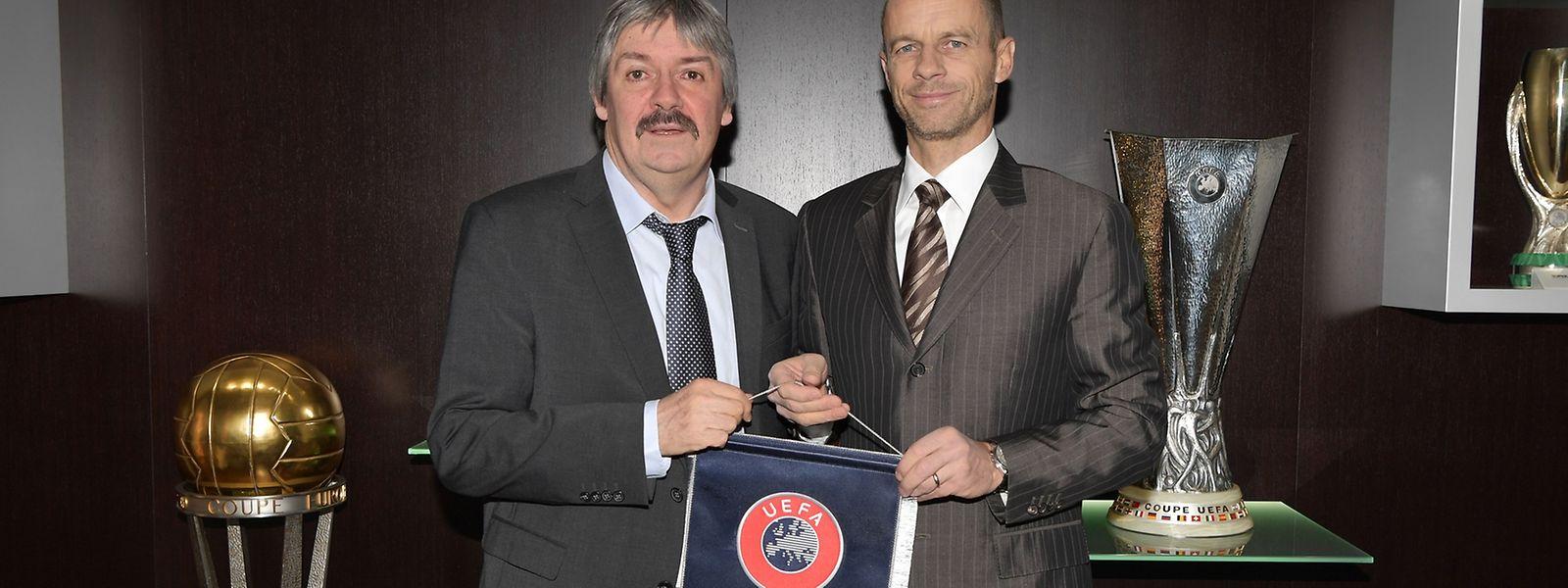 Paul Philipp (à g.), ici au côté du président de l'UEFA, Aleksander Ceferin, espère que l'UEFA fera une distinction entre les petits et les grands championnats européens