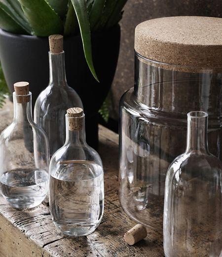 Nicht nur Möbeln mit Korkanteil widmete sich die Designerin Ilse Crawford für Ikea, sie entwarf auch verschiedene Glasgefäße mit Korkverschluss.
