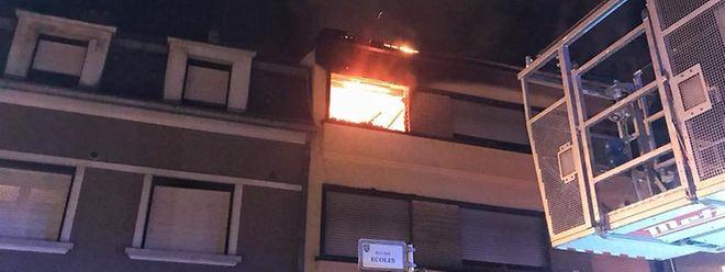 Ein Zimmer im zweiten Stockwerk stand komplett in Flammen.