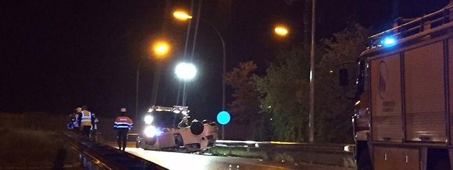 Das Auto kam derart ins Schleudern, dass es auf der gegenüber liegenden Auffahrt auf dem Dach landete.