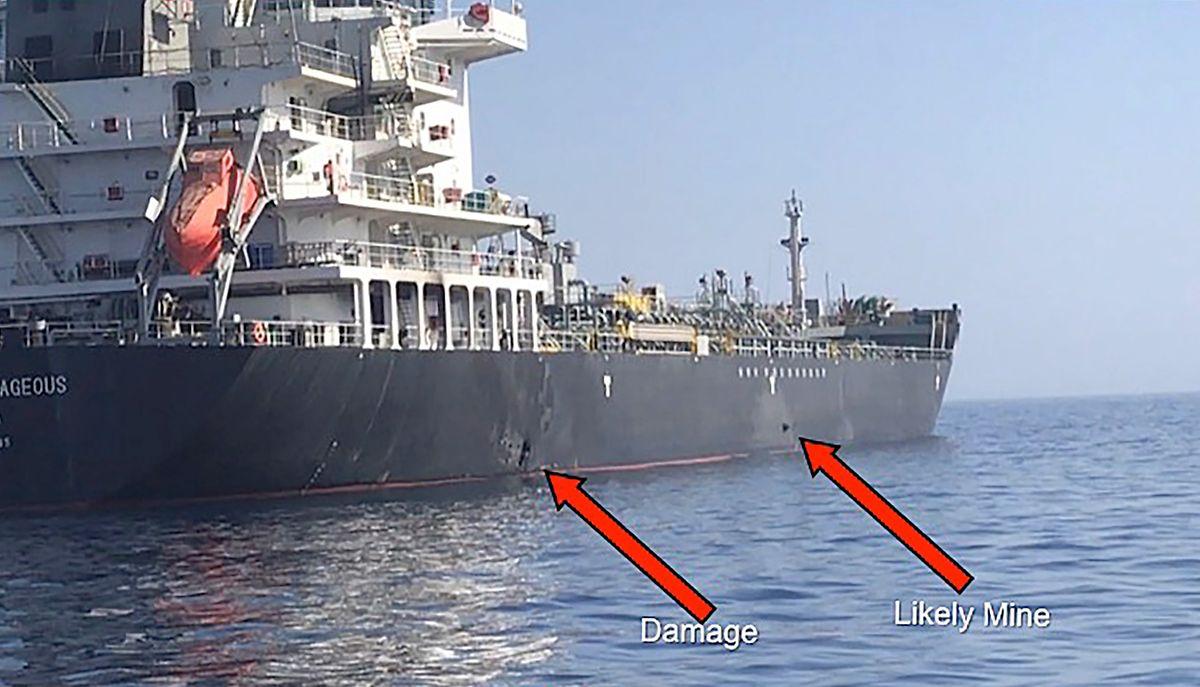 Cette photo provenant du commandement central américain montre les dommages de l'explosion (à gauche) et une mine ventouse accrochée à la coque du navire (à droite).