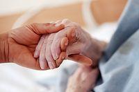 ARCHIV - Zum Themendienst-Bericht vom 30. März 2020: Gut versorgt? Viele Menschen machen sich wegen des Coronavirus sorgen um Angehörige, die in Pflegeheimen untergebracht sind. Foto: Oliver Berg/dpa/dpa-tmn - Honorarfrei nur für Bezieher des dpa-Themendienstes +++ dpa-Themendienst +++