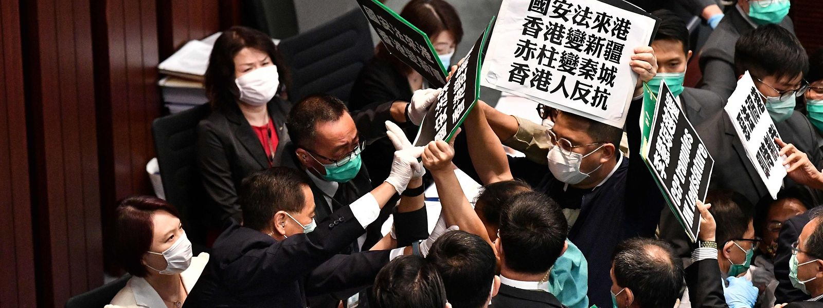 Tumultartige Szenen im Parlament von Hongkong: Pro-Demokratie-Aktivisten werden von Sicherheitskräften bedrängt.