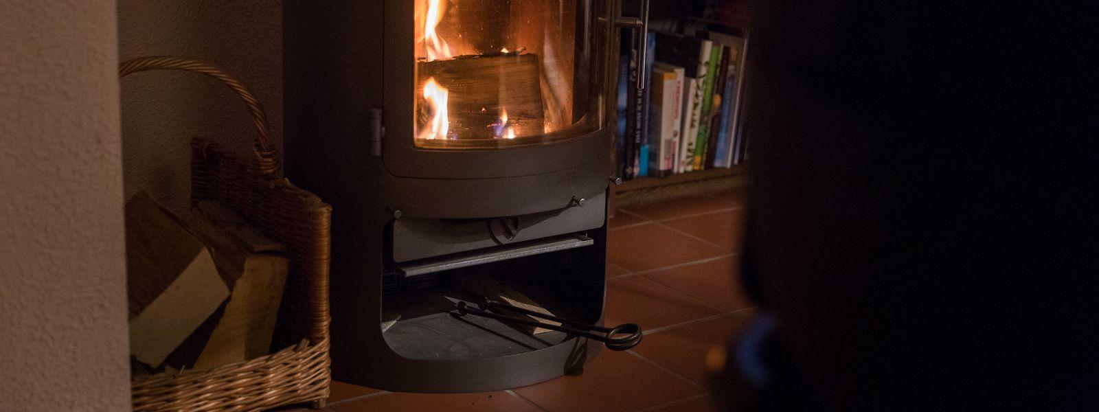 Ein Ofen darf nicht in der Gegend von leicht entflammbaren Stoffen stehen – wie beispielsweise Vorhängen oder einem Teppich. Ein Boden aus Stein ist hingegen ideal.