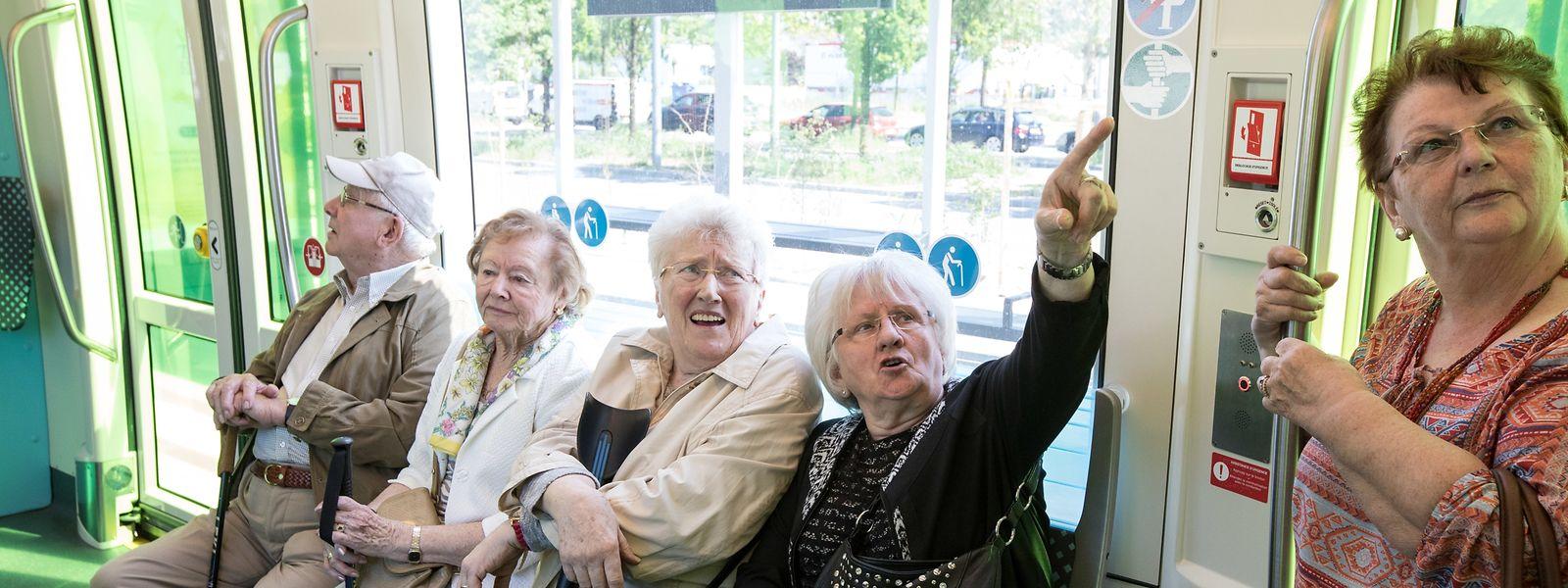 Passagiere der ehemaligen städtischen Tram fahren zum ersten Mal mit der neuen Straßenbahn.