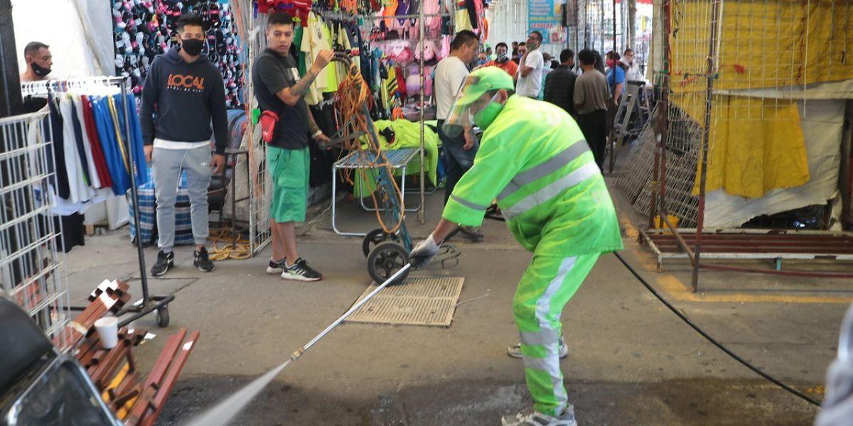 Mexiko-Stadt: Ein Mitarbeiter der Straßenreinigung reinigt mit einem Hochdruckreiniger die Straße während der Coronavirus-Pandemie.